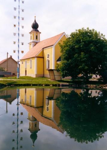 Maibaum_Kirche_Spiegelung